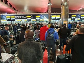 Long queues at Heathrow Airport: the escape before national lockdown